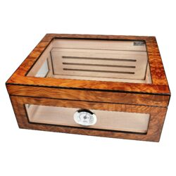Humidor na doutníky Angelo Brownglass-Atraktivní stolní humidor na doutníky s kapacitou cca 40 doutníků (v závislosti na velikosti). Prosklený humidor s povrchem kombinující světlé a tmavé odstíny hnědé je v matném provedení. Součástí balení je vlhkoměr a polymerový zvlhčovač, který je umístěn uvnitř za perforovanou přepážkou na zadní stěně. Nechybí samozřejmě dvě přepážky na rozdělení prostoru na doutníky. Vnitřek humidoru je vyložený cedrovým dřevem. Rozměr humidoru: 32x28x13 cm.  Humidory jsou dodávány nezavlhčené, proto Vám nabízíme bezplatnou volitelnou službu Zavlhčení humidoru, kterou si vyberete v Souvisejícím zboží. Nový humidor je nutné před prvním uložením doutníků zavlhčit, upravit a ustálit jeho vlhkost na požadovanou hodnotu. Dobře zavlhčený humidor uchová Vaše doutníky ve skvělé kondici.