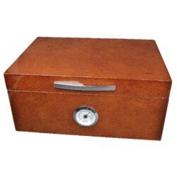 Humidor na doutníky Angelo Handle 30D, stolní-Stolní humidor na doutníky s kapacitou cca 30 doutníků (v závislosti na velikosti). Leskle lakovaný humidor v tmavě hnědém odstínu s texturou kůže je dodáván s vlhkoměrem a polymerovým zvlhčovačem. Součástí balení jsou dvě přepážky na rozdělení prostoru na doutníky a horní polička. Vnitřek humidoru je vyložený cedrovým dřevem. Rozměr humidoru: 30x21x14 cm.