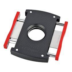 Doutníkový ořezávač S.T. DuPont černo-červený, 21mm-Luxusní ořezávač na doutníky S.T. DuPont. Kovové tělo oboustranného ořezávače s matným povrchem a jemnou texturou je precizně vyrobené z ušlechtilé oceli. Stisknutím bočních tlačítek se čepele uvolní a ořezávač je připraven k použití. Dvojité velmi ostré gilotinové nože, jsou zárukou rychlého a čistého řezu doutníku. Exklusivitu ořezávači dává nejen logo S.T DuPont na přední straně, ale kvalitně zpracovaný povrch a neotřelé černočervené barevné provedení. Otvor na doutník má průměr 21mm. Rozměry ořezávače: 7x4,5cm . Ořezávač je dodáván v originální krabičce s logem.