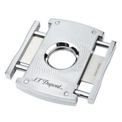 Doutníkový ořezávač S.T. Dupont chrome waves, 21mm-Luxusní ořezávač na doutníky S.T. Dupont. Kovové tělo dvoubřitého ořezávače s lesklým chromovým povrchem a jemným gravírováním je precizně vyrobené z ušlechtilé oceli. Stisknutím bočních tlačítek se čepele uvolní a ořezávač je připraven k použití. Dvojité velmi ostré gilotinové nože, jsou zárukou rychlého a čistého řezu doutníku. Exklusivitu ořezávači dává nejen logo S.T. Dupont na přední straně, ale kvalitně zpracovaný povrch a elegantní vzhled díky leštěnému chromu. Otvor na doutník má průměr 21mm. Rozměry ořezávače: 7x4,5cm . Ořezávač je dodáván v originální krabičce s logem.