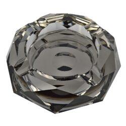 Doutníkový popelník křišťál Octagon černý 17,5cm, 4D-Masivní skleněný doutníkový popelník na 4 doutníky. Hranatý křišťálový popelník ve tvaru octagonu je v kouřovém provedení se zrcadlovým efektem. Popelník na doutníky je bohatě zdobený broušenými plochami a je precizně vyrobený z kvalitního skla. Popelník je dodávaný v dárkové kazetě. Rozměry popelníku: 17,5x17,5x4cm.