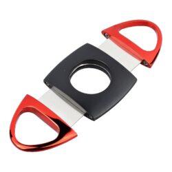 Doutníkový ořezávač Faro černo-červený-Dvoubřitý doutníkový ořezávač Faro. Celokovový oválný ořezávač na doutníky v černočervené kombinaci. Konce ořezávače jsou lesklé oproti polomatnému středu. Ostré břity zajistí rychlý a čistý ořez vašeho doutníku. Max. průměr otvoru pro doutník 2,2cm. Ořezávač je dodávaný v dárkové krabičce. Rozměry: 9,2x4,3x0,7cm.