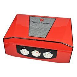 Humidor na doutníky Lamborghini Monte Carlo červený 50D, stolní-Exklusivní stolní humidor na doutníky Lamborghini Monte Carlo s kapacitou cca 40-50 doutníků (v závislosti na velikosti). Precizně zpracovaný humidor ve stylu Lamborghini v červené barvě s lesklým povrchem je na víku zdobený logem v karbonovém poli a je dodávaný s polymerovým zvlhčovačem. Na čelní straně najdeme hodiny, vlhkoměr a teploměr (°C/°F). Prostor pro doutníky vyložený cedrovým dřevem je variabilní díky dodávané přepážce. Rozměry humidoru: 37x26,5x13cm.