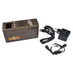 Zvlhčovač elektrický Cigar Oasis Plus 3.0, digitální-Plně automatický digitální zvlhčovač Cigar Oasis Plus 3.0 do humidoru s možností nastavení udržované vlhkosti. Oblíbený elektrický zvlhčovač Cigar Oasis Plus 3.0 je sice velikostí stejný, jako typ Excel 3.0, ale jeho výkon je cca 2,5x větší. Základní rozdíl je ve změně průtoku vzduchu a jiném typu vodního zásobníku. Výkonný zvlhčovač řízený mikroprocesorem je dodávaný s objemově větším vodním zásobníkem, který využívá k absorbování pěnu, která zamezuje vytékání vody. Automatický zvlhčovač Cigar Oasis Plus 3.0 je novinkou této značky v tomto segmentu zvlhčovačů a je určený pro humidory s kapacitou 300 až 1000 doutníků nebo objemem humidoru 0,046 - 0,25 metrů kubických, kterým poskytne konzistentní dlouhodobou kontrolu vlhkosti bez údržby. Doutníky díky výborné cirkulaci vlhkosti není nutné otáčet, jelikož jsou rovnoměrně provlhčené. Zvlhčovač je dodáván s znovunaplnitelnou vodní kazetou (naplněná kazeta vydrží cca 2 měsíce) a automatikou, která po nastavení požadované vlhkosti, tuto vlhkost v humidoru konstantně udržuje. Vodní kazetu je nutné plnit pouze destilovanou vodou. Díky vestavěné technologii Smart Humidor a WIFI modulu, můžete digitální zvlhčovač ovládat z telefonu pomocí aplikace, kterou si stáhnete. Aplikace je bezplatná pouze po zkušební dobu 30 dnů. Po uplynutí této doby je nutné pro další používání aplikace zaplatit předplatné. Možnosti předplatného jsou: 3,99 USD/měsíc nebo 19,99 USD/rok. Aplikace umožňuje: sledovat aktuální hodinové hodnoty vlhkosti a teploty v humidoru, nastavit udržovanou vlhkost v humidoru, možnost nastavení upozornění pro změnu vlhkosti a teploty. Vše je zaznamenáno do přehledného grafu. Podsvícený displej a ovládací prvky umožní velmi jednoduché nastavení. Na displeji najdete informace o nastavené požadované vlhkosti, o aktuální vlhkosti, teplotě a indikaci docházející destilované vody v zásobníku. Provoz automatického zvlhčovače zajišťuje externí síťové napájení. Obsah balení: