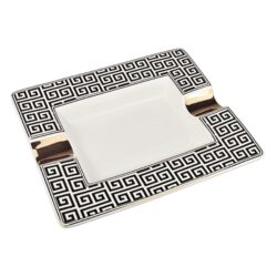 Doutníkový popelník keramický China-Atraktivní doutníkový popelník na 2 doutníky. Hranatý keramický popelník ve tvaru obdélníku s bíločerným motivem je zdobený zlatými prvky. Kvalitně zpracovaný glazurovaný povrch popelníku je v lesklém provedení. Popelník na doutníky je dodávaný v dárkové krabičce. Rozměry popelníku: 20,5x17,2x3,1cm.