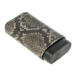 Pouzdro na 3 doutníky Snake, robusto, 140mm-Etue - pouzdro na tři doutníky Snake. Koženkové pouzdro na doutníky v černém provedení s imitací hadí kůže. Pouzdro je vhodné pro tři doutníky velikosti robusto. Vnitřek pouzdra je vyložený slabým plátkem cedrového dřeva, který pomáhá doutníky uchovávat v dobré kondici. Pouzdro je dodávané v dárkové krabičce.  Vnitřní prostor pro doutníky: 62 x 22 x 120 - 150mm Vnější rozměry zavřeného pouzdra: 72x34x140mm