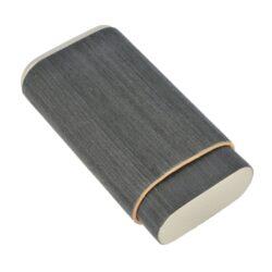 Pouzdro na 3 doutníky Angelo Veneer Wood, 140mm-Etue - pouzdro na tři doutníky Angelo Veneer Wood. Celodřevěné pouzdro na doutníky má antracitový jemně texturovaným povrch v kombinaci s kovovými stříbrnými prvky. Pouzdro je vyrobené z cedrového dřeva, který pomáhá doutníky uchovávat v dobré kondici. Vnitřní prostor pojme tři kusy doutníků o průměru 25 mm.  Vnitřní prostor pro doutníky: 60x25x120 - 150mm Vnější rozměry zavřeného pouzdra: 70x35x135mm