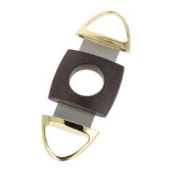 Doutníkový ořezávač Angelo černo-zlatý, 22mm-Dvoubřitý doutníkový ořezávač Angelo. Kovový oválný ořezávač na doutníky je ve zlatém provedení s kombinací tmavě hnědého těla s metalickým povrchem. Ostré břity s vroubkováním zajistí rychlý a kvalitní ořez vašeho doutníku. Maximální průměr otvoru pro doutník 2,2cm. Ořezávač je dodávaný v dárkové krabičce. Rozměry zavřeného ořezávače: 9,5x4,6x0,9cm.