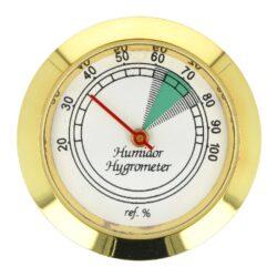 Vlhkoměr kulatý zlatý, 37mm-Standardní analogový vlhkoměr do humidoru. Vhodný do menších a středních humidorů. Kulatý vlhkoměr s lesklým zlatým povrchem se uchytí vložením do otvoru v humidoru. Vnější průměr: 37 mm Vnitřní průměr pro vložení: 35 mm