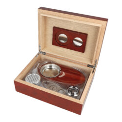 Humidor na doutníky Rosewood SET 20D-Stolní humidor na doutníky Rosewood SET s kapacitou cca na 20 doutníků (v závislosti na velikosti). Praktická sada obsahující humidor a doutníkové příslušenství, které jistě ocení každý kuřák doutníků. Doutníkový set obsahuje mimo humidoru doutníkový popelník s kovovou vložkou a kovový doutníkový ořezávač v broušeném chromovém provedení. Humidor s matným povrchem je ve tmavším hnědo bordovém provedení. Na vnitřní straně víka je prostor pro magnetické uchycení vyměnitelného vlhkoměru a polymerového zvlhčovače, který je součástí balení včetně magnetů. Celý vnitřek humidoru je vyložený cedrovým dřevem, které prospívá skladování doutníků. Poškrábání povrchu, na kterém je humidor položený, zabraňuje jemná sametová látka, kterou je spodní vnější část humidoru vybavena. Sada je vhodná jako dárek pro začínajícího kuřáka doutníků.  Rozměry humidoru vnější (Š x H x V): 240 x 180 x 80 mm Prostor pro doutníky (Š x H x V): 215 x 155 x 50 mm Délka/průměr otvoru ořezávače:  95 mm/21,5 mm Rozměry popelníku (Š x H x V): 180 x 95 x 25 mm Průměr otvoru pro zvlhčovač: 60 mm Průměr otvoru pro vlhkoměr: 38 mm  Humidory jsou dodávány nezavlhčené, proto Vám nabízíme bezplatnou volitelnou službu Zavlhčení humidoru, kterou si vyberete v Souvisejícím zboží. Nový humidor je nutné před prvním uložením doutníků zavlhčit, upravit a ustálit jeho vlhkost na požadovanou hodnotu. Dobře zavlhčený humidor uchová Vaše doutníky ve skvělé kondici.  a target=_blank href=..\www\prilohy\Návod_k_použití_humidoru.pdfNávod k použití humidoru - PDF/a