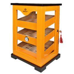 Humidor na doutníky Egoist Orange, 32x48x28cm-Stolní humidor na doutníky Egoist Orange s kapacitou cca na 100 doutníků (v závislosti na velikosti). Precizně zpracovaný prosklený humidor s dvířky v zadní části je v oranžovém provedení s logem Egoist na čelní straně. Exklusivitu tomuto humidoru dává kvalitně zpracovaný povrch ve vysokém lesku. Humidor typu cabinet je pro uskladnění doutníků vybavený třemi cedrovými boxy, ve kterých lze doutníky skladovat jednotlivě nebo po celém balení. Boxy lze dle potřeby rozdělit šesti cedrovými přepážkami, které jsou součástí balení. Stěny humidoru jsou prosklené akrylovou výplní. Dvířka vybavená zámkem s dvěma klíči a praktickým madlem pro otevření jsou pevně uchycená na kvalitních pantech. Součástí dodávky humidoru je výměnný analogový vlhkoměr uchycený v čelní straně z jednoho boxů a dva polymerové zvlhčovače. K uchycení zvlhčovačů slouží přiložené lepící pásky se suchým zipem. Celý prostor humidoru na doutníky je vyložený cedrovým dřevem, které prospívá skladování doutníků. Poškrábání povrchu, na kterém humidor stojí, zabraňuje jemná sametová látka, kterou jsou nožičky humidoru vybavené.  Rozměry humidoru vnější (Š x H x V): 330 x 280 x 480 mm Vnitřní rozměr boxů pro doutníky(Š x H x V) : 260 x 200 x 45 mm Vnější rozměr boxu (Š x H x V): 270 x 215 x 55 mm Průměr otvoru pro vlhkoměr: 39 mm Hmotnost humidoru: 7 kg  Humidory jsou dodávány nezavlhčené, proto Vám nabízíme bezplatnou volitelnou službu Zavlhčení humidoru, kterou si vyberete v Souvisejícím zboží. Nový humidor je nutné před prvním uložením doutníků zavlhčit, upravit a ustálit jeho vlhkost na požadovanou hodnotu. Dobře zavlhčený humidor uchová Vaše doutníky ve skvělé kondici.  a target=_blank href=..\www\prilohy\Návod_k_použití_humidoru.pdfNávod k použití humidoru - PDF/a