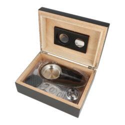 Humidor na doutníky SET 25, black, 24x18x9cm-Stolní humidor na doutníky SET Black s kapacitou cca na 25 doutníků (v závislosti na velikosti). Praktická sada obsahující humidor a doutníkové příslušenství, které jistě ocení každý kuřák doutníků. Doutníkový set obsahuje mimo humidoru doutníkový popelník na jeden doutník s kovovou vyndavací vložkou a nerezový doutníkový ořezávač v broušeném provedení. Stolní humidor je v elegantním černém provedení s polomatnou povrchovou úpravou. Menší humidor je dodávaný s výměnným analogovým vlhkoměrem a polymerovým zvlhčovačem. Tyto se uchytí pomocí magnetů do vnitřní strany víka, kde je pro ně určené místo. Magnety pro uchycení jsou součástí balení humidoru. Vnitřek humidoru je vyložený cedrovým dřevem, které prospívá skladování doutníků. Poškrábání povrchu, na kterém je humidor položený, zabraňuje jemná sametová látka, kterou je spodní část humidoru vybavena. Ideální sada vhodná jako dárek pro začínajícího kuřáka doutníků.  Rozměry humidoru vnější (Š x H x V): 240 x 180 x 84 mm Prostor pro doutníky (Š x H x V): 215 x 155 x 51 mm Délka/průměr otvoru ořezávače: 94 mm/21 mm Rozměry popelníku (Š x H x V): 180 x 96 x 26 mm Vnější průměr zvlhčovače/výška: 57 mm / 14 mm Vnější průměr vlhkoměru: 46 mm  Humidory jsou dodávány nezavlhčené, proto Vám nabízíme bezplatnou volitelnou službu Zavlhčení humidoru, kterou si vyberete v Souvisejícím zboží. Nový humidor je nutné před prvním uložením doutníků zavlhčit, upravit a ustálit jeho vlhkost na požadovanou hodnotu. Dobře zavlhčený humidor uchová Vaše doutníky ve skvělé kondici.  a target=_blank href=..\www\prilohy\Návod_k_použití_humidoru.pdfNávod k použití humidoru - PDF/a