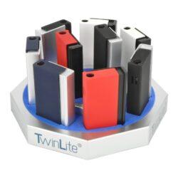 Tryskový zapalovač Twinlite Side-Tryskový zapalovač Twinlite Side. Kovový turbo zapalovač v barevném provedení s matným povrchem. Po stisknutí bočního tlačítka se jedna tryska zapálí a vyvine silný plamen. Ve spodní části je umístěn plynový plnící ventil a regulace intenzity plamene. Rozměry: 6,5 x 3,6x 1,3 cm. Cena je uvedena za 1 ks. Před odesláním objednávky uveďte číslo barevného provedení do poznámky.