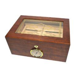 Humidor na doutníky Indas 70D, stolní-Stolní humidor na doutníky s kapacitou cca 70 doutníků. Dodáván s vlhkoměrem a zvlhčovačem. Vnitřek humidoru je vyložený cedrovým dřevem. Rozměr: 34x24x16 cm.