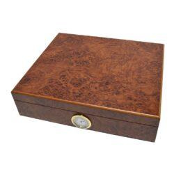Humidor na doutníky Kořenice 20D, stolní-Stolní humidor na doutníky s kapacitou cca 20 doutníků. Dodáván s vlhkoměrem a zvlhčovačem. Vnitřek humidoru je vyložený cedrovým dřevem. Rozměr: 22x22x6,5 cm.