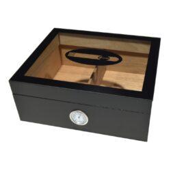 Humidor na doutníky Black-Stolní humidor na doutníky s kapacitou cca 25 doutníků. Dodáván s vlhkoměrem a zvlhčovačem. Vnitřek humidoru je vyložený cedrovým dřevem. Rozměr: 26x22x11 cm.  Humidory jsou dodávány nezavlhčené, proto Vám nabízíme bezplatnou volitelnou službu Zavlhčení humidoru, kterou si vyberete v Souvisejícím zboží. Nový humidor je nutné před prvním uložením doutníků zavlhčit, upravit a ustálit jeho vlhkost na požadovanou hodnotu. Dobře zavlhčený humidor uchová Vaše doutníky ve skvělé kondici.