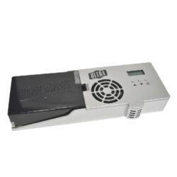 Zvlhčovač elektrický Cigar Oasis Ultra 2.0, digitální-Plně automatický digitální zvlhčovač do humidoru s možností nastavení udržované vlhkosti. Zvlhčovač je řízený mikroprocesorem, provoz je možný na baterii nebo na externí síťové napájení. Zvlhčovač zobrazuje vlhkost v humidoru a též má zvukovou indikaci doházejících baterií  a vody. Rozměr: 18,5x6,5x2,8cm