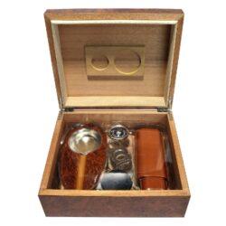 Doutníkový Humidor Set Angelo Brown-Doutníkový Humidor Set. Stolní humidor na doutníky s kapacitou cca 30 doutníků. Sada obsahuje: popelník, pouzdro na dva doutníky, vlhkoměr, zvlhčovač a ořezávač. Vnitřek humidoru je vyložený cedrovým dřevem. Rozměr: 26x22x11 cm.  Humidory jsou dodávány nezavlhčené, proto Vám nabízíme bezplatnou volitelnou službu Zavlhčení humidoru, kterou si vyberete v Souvisejícím zboží. Nový humidor je nutné před prvním uložením doutníků zavlhčit, upravit a ustálit jeho vlhkost na požadovanou hodnotu. Dobře zavlhčený humidor uchová Vaše doutníky ve skvělé kondici.