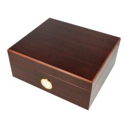 Humidor na doutníky Červenohnědý 35D, stolní-Stolní humidor na doutníky s kapacitou cca 35 doutníků. Dodáván s vlhkoměrem a zvlhčovačem. Vnitřek humidoru je vyložený cedrovým dřevem. Rozměr: 26x22x12 cm.