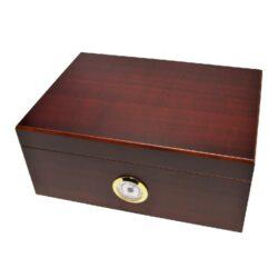 Humidor na doutníky Červenohnědý 50D, stolní-Stolní humidor na doutníky s kapacitou cca 50 doutníků. Dodáván s vlhkoměrem a zvlhčovačem. Vnitřek humidoru je vyložený cedrovým dřevem. Rozměr: 31x22x13 cm.