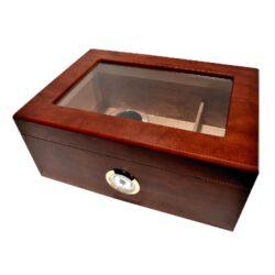 Humidor na doutníky Brown 50D, stolní-Stolní humidor na doutníky s kapacitou 50 doutníků. Dodáván pouze s vlhkoměrem. Vnitřek humidoru je vyložený cedrovým dřevem. Rozměr: 31x22x13 cm.