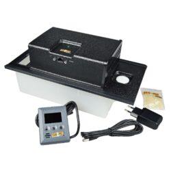 Zvlhčovač elektrický Cigar Oasis II XL, digitální-Plně automatický digitální zvlhčovač do humidoru Cigar Oasis II XL s možností nastavení udržované vlhkosti. Zvlhčovač je řízený mikroprocesorem, provoz na síťové napájení. Tento zvlhčovač je určen pro střední či větší humidory nebo vitrýny s doutníky. Obsahuje dálkový ovladač, kterým je možné nastavit požadovanou vlhkost. Na dálkovém ovladači je též vizuální (blikaní displeje) indikace docházející vody. Rozměr: 33x15x18cm.