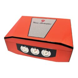 Humidor na doutníky Lamborghini oranžový 40D, stolní-Stolní humidor na doutníky s kapacitou cca 40 doutníků značky Lamborghini. Dodáván s vlhkoměrem a zvlhčovačem. Na čelní straně najdeme tři ukazatele, které zobrazují čas, vlhkost a teplotu(zleva). Vnitřek humidoru je vyložený cedrovým dřevem. Rozměr: 35x26x12 cm.