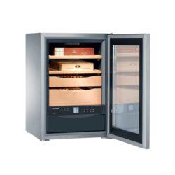 Doutníkový humidor Liebherr ZKes 453 100D, skříňový-Luxusní skříňový humidor Liebherr ZKes 453 s kapacitou cca 100 doutníků. Velmi kvalitní humidor známé značky Liebherr je dodáván s plně automatickým zvlhčovačem(rozsah vlhkosti 68-75%) a regulátorem teploty(rozsah teplot +16 až +20° C), 2 šuplíky a 2 úložnými plochami z cedrového dřeva, filtrem s aktivním uhlíkem, dětskou pojistkou, napájením 220V. Prosklená dvířka humidoru jsou z izolačního skla, které je tónováno. Humidor je možné též montovat na stěnu. Rozměr: 62x43x48 cm. Povrchová úprava: nerez.