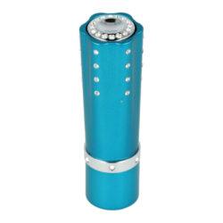 SLEVA Dámský zapalovač Hadson Lipstick, modrý, bílé kamínky Swarovski-Vada povrchu - zapalovač má na jediném místě povrch škrábnutý (viz obrázek). Plynový dámský zapalovač Hadson Lipstick. Kovový zapalovač ve tvaru rtěnky je zdobený bílými kamínky Swarovski a jeho povrch je v metalickém modrém provedení. Otočením spodní části zapalovače jako u rtěnky se vysune tlačítko k zapálení plamene. Ve spodní části je umístěn plynový plnící ventil a regulace intenzity plamene. Dámský zapalovač je dodávaný v dárkové krabičce. Výška zapalovače 8cm.