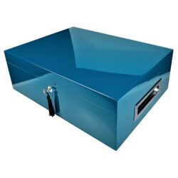 Humidor na doutníky Villa Spa modrý 80D, stolní-Stolní humidor na doutníky Villa Spa s kapacitou cca 80 doutníků. Precizně zpracovaný humidor v modrém odstínu a povrchem v atraktivním vysokém lesku je vybavený plně automatickým zvlhčovačem Cigar Spa. Uzamykatelný humidor vyložený cedrovým dřevem obsahuje 2x šuplík na doutníky a 4x přepážku, kterou je možné variabilně měnit prostor. Na stranách humidoru jsou umístěna kovová madla s efektním broušeným povrchem. Rozměr: 43x32x15 cm.  Humidory jsou dodávány nezavlhčené, proto Vám nabízíme bezplatnou volitelnou službu Zavlhčení humidoru, kterou si vyberete v Souvisejícím zboží. Nový humidor je nutné před prvním uložením doutníků zavlhčit, upravit a ustálit jeho vlhkost na požadovanou hodnotu. Dobře zavlhčený humidor uchová Vaše doutníky ve skvělé kondici.