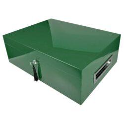 Humidor na doutníky Villa Spa zelený 80D, stolní-PRODEJ TOHOTO ZBOŽÍ BYL UKONČEN. PROSÍM, VYBERTE SI PODOBNÝ PRODUKT Z NABÍDKY ALTERNATIVNÍHO ZBOŽÍ. Stolní humidor na doutníky Villa Spa s kapacitou cca 80 doutníků. Precizně zpracovaný humidor v tmavém zeleném odstínu a povrchem v atraktivním vysokém lesku je vybavený plně automatickým zvlhčovačem Cigar Spa. Uzamykatelný humidor vyložený cedrovým dřevem obsahuje 2x šuplík na doutníky a 4x přepážku, kterou je možné variabilně měnit prostor. Na stranách humidoru jsou umístěna kovová madla s efektním broušeným povrchem. Rozměr: 43x32x15 cm.  Humidory jsou dodávány nezavlhčené, proto Vám nabízíme bezplatnou volitelnou službu Zavlhčení humidoru, kterou si vyberete v Souvisejícím zboží. Nový humidor je nutné před prvním uložením doutníků zavlhčit, upravit a ustálit jeho vlhkost na požadovanou hodnotu. Dobře zavlhčený humidor uchová Vaše doutníky ve skvělé kondici.