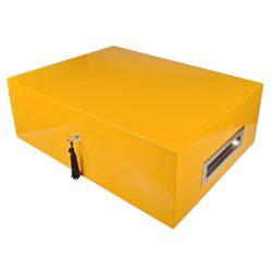 Humidor na doutníky Villa Spa žlutý 80D, stolní-Stolní humidor na doutníky Villa Spa s kapacitou cca 80 doutníků. Precizně zpracovaný humidor ve žlutém odstínu a povrchem v atraktivním vysokém lesku je vybavený plně automatickým zvlhčovačem Cigar Spa. Uzamykatelný humidor vyložený cedrovým dřevem obsahuje 2x šuplík na doutníky a 4x přepážku, kterou je možné variabilně měnit prostor. Na stranách humidoru jsou umístěna kovová madla s efektním broušeným povrchem. Rozměr: 43x32x15 cm.