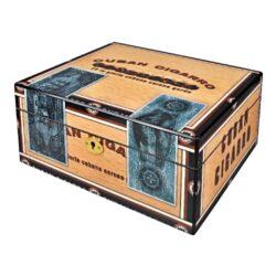 Humidor na doutníky Cuba Cigarro-Stolní humidor na doutníky s kapacitou cca 35 doutníků. Dodáván s vlhkoměrem a zvlhčovačem. Vnitřek humidoru je vyložený cedrovým dřevem. Rozměr: 26x22x12 cm.  Humidory jsou dodávány nezavlhčené, proto Vám nabízíme bezplatnou volitelnou službu Zavlhčení humidoru, kterou si vyberete v Souvisejícím zboží. Nový humidor je nutné před prvním uložením doutníků zavlhčit, upravit a ustálit jeho vlhkost na požadovanou hodnotu. Dobře zavlhčený humidor uchová Vaše doutníky ve skvělé kondici.