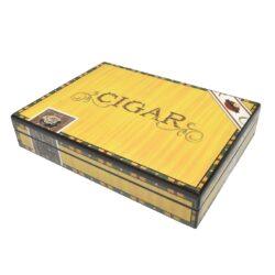 Humidor na doutníky Cigar 20D, stolní-Stolní humidor na doutníky s kapacitou cca 20 doutníků. Dodáván pouze se zvlhčovačem. Vnitřek humidoru je vyložený cedrovým dřevem. Rozměr: 27x21x5 cm.  Humidory jsou dodávány nezavlhčené, proto Vám nabízíme bezplatnou volitelnou službu Zavlhčení humidoru, kterou si vyberete v Souvisejícím zboží. Nový humidor je nutné před prvním uložením doutníků zavlhčit, upravit a ustálit jeho vlhkost na požadovanou hodnotu. Dobře zavlhčený humidor uchová Vaše doutníky ve skvělé kondici.