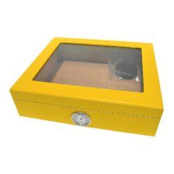 Humidor na doutníky Yellow prosklený-Stolní humidor na doutníky s proskleným víkem a kapacitou cca 25 doutníků. Dodáván s vlhkoměrem a zvlhčovačem. Vnitřek humidoru je vyložený cedrovým dřevem. Rozměr: 26x22x7,5 cm.  Humidory jsou dodávány nezavlhčené, proto Vám nabízíme bezplatnou volitelnou službu Zavlhčení humidoru, kterou si vyberete v Souvisejícím zboží. Nový humidor je nutné před prvním uložením doutníků zavlhčit, upravit a ustálit jeho vlhkost na požadovanou hodnotu. Dobře zavlhčený humidor uchová Vaše doutníky ve skvělé kondici.