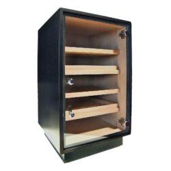 Humidor na doutníky Cabinet Black 150D, skříňový-Skříňový humidor na doutníky s kapacitou cca 120-150 doutníků. Dodáván s vlhkoměrem, zvlhčovačem a čtyřmi policemi. Rozměr: 66x44x41 cm.