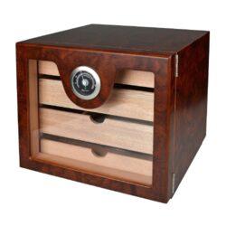 Humidor na doutníky Cabinett hnědý 60D, stolní-Stolní humidor na doutníky s kapacitou cca 60 doutníků. Kvalitně zpracovaný humidor s žíhaným pololesklým povrchem v hnědých odstínech a prosklenými dvířky. Humidor je vybavený třemi šuplíky s přepážkami (vnitřní rozměry 20,5x17,5x3,3cm) s podélnými otvory ve dně a jedním nižším šuplíkem (vnitřní rozměry 20,5x17,5x1,5cm) s plným dnem. Součástí balení humidoru je výměnitelný vlhkoměr a polymerový zvlhčovač. Dvířka uchycená na panty se zavírají se na magnet. Vnitřek humidoru je vyložený cedrovým dřevem. Rozměr celého humidoru: 22,5x24,5x23cm.  Humidory jsou dodávány nezavlhčené, proto Vám nabízíme bezplatnou volitelnou službu Zavlhčení humidoru, kterou si vyberete v Souvisejícím zboží. Nový humidor je nutné před prvním uložením doutníků zavlhčit, upravit a ustálit jeho vlhkost na požadovanou hodnotu. Dobře zavlhčený humidor uchová Vaše doutníky ve skvělé kondici.