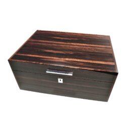 Humidor na doutníky Ebony Macassar 50D, stolní-Stolní humidor na doutníky s kapacitou cca 50 doutníků. Dodáván s vlhkoměrem a zvlhčovačem. Vnitřek humidoru je vyložený cedrovým dřevem. Rozměr: 30x42x19 cm.