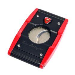 Doutníkový ořezávač Lamborghini Precisione, černo-červený-Elegantní dvoubřitý ořezávač na doutníky Tonino Lamborghini Precisione. Silné tělo ořezávače je precizně vyrobené z kvalitní nerezové oceli. Jednoduchým stisknutím tlačítka dolů, které současně slouží jako pojistka proti otevření, uvolníte čepele od sebe a ořezávač je připraven k použití. Dvojité velmi ostré gilotinové nože, jsou zárukou rychlého a čistého řezu doutníku. Max. průměr otvoru pro doutník 2cm. Doutníkový ořezávač je dodáván v kožené krabičce vyložené jemným sametem. Rozměry zavřeného ořezávače: 6,5x4cm.