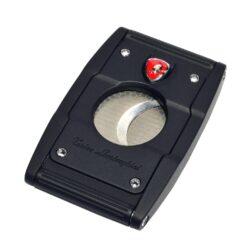 Doutníkový ořezávač Lamborghini Precisione, černo-černý-Elegantní dvoubřitý ořezávač na doutníky Tonino Lamborghini Precisione. Silné tělo ořezávače je precizně vyrobené z kvalitní nerezové oceli. Jednoduchým stisknutím tlačítka dolů, které současně slouží jako pojistka proti otevření, uvolníte čepele od sebe a ořezávač je připraven k použití. Dvojité velmi ostré gilotinové nože, jsou zárukou rychlého a čistého řezu doutníku. Max. průměr otvoru pro doutník 2cm. Doutníkový ořezávač je dodáván v kožené krabičce vyložené jemným sametem. Rozměry zavřeného ořezávače: 6,5x4cm.