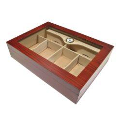 Humidor na doutníky Gastro 80D, stolní-Gastro humidor na doutníky s proskleným víkem a kapacitou cca 80 doutníků. Dodáván s vlhkoměr a 2x zvlhčovačem. Vnitřek humidoru je vyložený cedrovým dřevem. Rozměr: 45x33x10 cm.