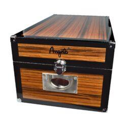 Humidor na doutníky Angelo Real Wood 100D, stolní-Stolní humidor na doutníky s kapacitou cca 100 doutníků. Dodáván s digitálním vlhkoměrem a polymerovým zvlhčovačem. Vnitřek humidoru je vyložený cedrovým dřevem. Rozměr: 47x27x21 cm.  Humidory jsou dodávány nezavlhčené, proto Vám nabízíme bezplatnou volitelnou službu Zavlhčení humidoru, kterou si vyberete v Souvisejícím zboží. Nový humidor je nutné před prvním uložením doutníků zavlhčit, upravit a ustálit jeho vlhkost na požadovanou hodnotu. Dobře zavlhčený humidor uchová Vaše doutníky ve skvělé kondici.