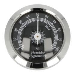 Vlhkoměr Angelo, 46mm, chrom-Standardní vlhkoměr Angelo do humidoru. Vhodný do středních nebo větších humidorů. Analogový vlhkoměr v chromovém provedení je možné v humidoru uchytit vsunutím do otvoru v čelní části nebo do vnitřku humidoru pomocí magnetu s oboustrannou lepicí páskou, které jsou součástí balení. Vlhkoměr je vhodný pro humidory 82006 a 82014.  Vnější průměr: 46 mm Vnitřní průměr pro vložení (bez těsnění): 36,5mm /38,5 mm