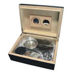 Doutníkový Humidor Set černý 25D, stolní-Doutníkový Humidor Set. Stolní humidor na doutníky s kapacitou cca 25 doutníků. Sada obsahuje: popelník, vlhkoměr, zvlhčovač a ořezávač. Rozměr: 24x18x8 cm.