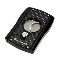 Doutníkový ořezávač Lamborghini Aldebaran, stříbrný-Stylový dvoubřitý ořezávač na doutníky Tonino Lamborghini Aldebaran. Precizně zpracovaný doutníkový ořezávač má dvě velmi ostré ostří, které jsou vyrobené z kvalitní oceli. Ta je zárukou kvalitního řezu doutníku. Stisknutím tlačítka s logem dolů, které současně slouží jako pojistka proti otevření, ořezávač rozevřete a je připraven k použití. Max. průměr otvoru pro doutník 2,3cm. Doutníkový ořezávač je dodáván v kožené krabičce vyložené jemným sametem. Rozměry zavřeného ořezávače: 7,1x4,8cm.