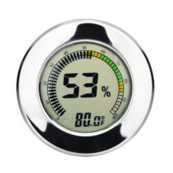 Vlhkoměr Angelo, 65mm, digitální-Digitální vlhkoměr Angelo, kterým přesně zjistíte okamžitou vlhkost v humidoru. Digitální vlhkoměr s chromovým lemem zobrazuje na displeji aktuální vlhkost v humidoru a teplotu (°C/°F). Jednotky teploty lze nastavit na °C nebo na °F. Vlhkoměr je napájený 1x baterií 10/LR 1130. Tento vlhkoměr je možné uchytit dvěma způsoby a to zasunutím do otvoru nebo na magnet uvnitř humidoru. Balení obsahuje: vlhkoměr, 1x baterii, magnety s oboustrannou lepenkou.  Vnější průměr: 65 mm Vnitřní průměr pro vložení: 60 mm