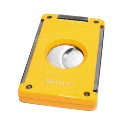Doutníkový ořezávač Siglo, žlutý-Masivní oboustranný ořezávač na doutníky Siglo. Dvojité čepelky vyrobené z vysoce kvalitní nerezové oceli garantují dokonalý řez doutníku. Po stisknutí tlačítka nahoře se břity rozjedou od sebe a ořezávač je připravený k použití. Řezací otvor má průměr 21 mm. Ideální pomocník kuřáka doutníků pro každodenní používání. Doutníkový ořezávač je dodáván v dárkové krabičce s logem. Rozměry složeného ořezávače: 6,8x4,1cm.