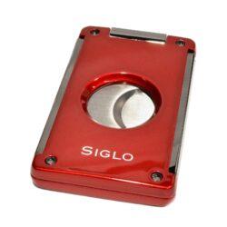 Doutníkový ořezávač Siglo, červený-Masivní dvoubřitý ořezávač na doutníky Siglo. Dvojité čepelky vyrobené z vysoce kvalitní nerezové oceli garantují dokonalý řez doutníku. Po stisknutí tlačítka nahoře se břity rozjedou od sebe a ořezávač je připravený k použití. Řezací otvor má průměr 21 mm. Ideální pomocník kuřáka doutníků pro každodenní používání. Doutníkový ořezávač je dodáván v dárkové krabičce s logem. Rozměry složeného ořezávače: 6,8x4,1cm.