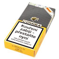 Doutníky Cohiba Siglo IV Tubos A/T, 3ks-Kubánské doutníky Cohiba Siglo IV Tubos A/T. Ručně balené doutníky Siglo IV se těší mezi znalci velké popularitě. Tyto kubánské doutníky ze série Cohiba Siglo jsou vyráběné z kvalitního tabáku a jako náplň je použit tabák, který se třikrát fermentuje. Díky tomu doutníky získají výraznou, plnou chuť a vůni s tóny citrusů, kakaa a dřeva. Cohiba Siglo IV je doutník, který by Vám v humidoru určitě neměl chybět. Doba hoření je cca 45-50 minut. Doutníky jsou balené po 3 ks v hliníkovém tubusu s logem Cohiba a prodávají se pouze po celém balení.  Délka: 143 mm Průměr: 18 mm Velikost prstýnku: 46 Tvar/velikost doutníku: Corona Cordas Typ doutníku dle skladování: doutník vlhký  Původ doutníku: Kuba Krycí list: Kuba Vázací list: Kuba  Náplň: Kuba  Síla tabáku: medium  Hodnocení doutníků Cohiba Siglo IV: V roce 2014 dle odborného magazínu Cigar Insider doutníky získaly 92 bodů ze 100.