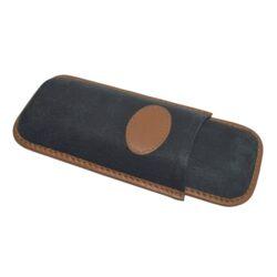 Pouzdro na 2 doutníky Etue Corona, černohnědé, kožené-Etue - pouzdro na dva doutníky. Černohnědé pouzdro na doutníky velikosti Corona je dlouhé 155mm, průměr 20mm. Doutníkové pouzdro je kožené.